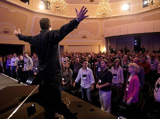 Тоні Роббінс під час виступу на одному зі своїх шоу