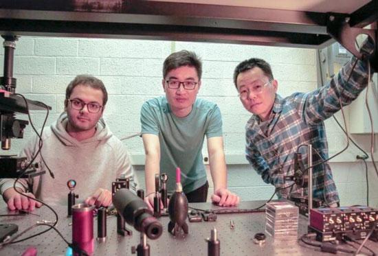 Команда вчених, які розробили технологію розумного скла, що може витіснити з ринку камери з системою розпізнавання облич